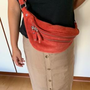 Sælger denne røde Daniel Silfen crossbody taske   2 lommer og 1 lomme inde i det store rum Remmen kan justeres   Den er brugt, men ser stadig meget fin ud