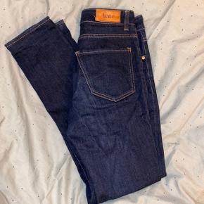 - Acne jeans i str 26/34, men er blevet syet om så længden er en str 30-32  - Brugt få gange
