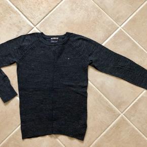 """Super lækker strik fra Tommy Hilfiger😍 Den kan bruges af en str. 140 og op til barnet bliver 156-58.  Da strikken er af den """"tynde"""" slags, kan den selvfølgelig bruges om vinteren, men kan også bruges forår og efterår samt en kold sommeraften.  Lækker strik og super god kvalitet. Får mine bedste anbefalinger👌🏻  Se også mine andre annoncer. Måske er der mere der frister 🎁 Har meget drengetøj i denne størrelse 👍🏻"""