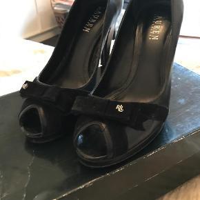 Varetype: Heels Farve: Sort Oprindelig købspris: 2300 kr.  Super flotte sko med peeptoe  God hæl (9cm) , lille plateau (1,3 cm)   Super gode/ lette at gå i. Kun brugt 3 gange Skind - med lille velour sløjfe