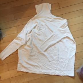 Aldrig brugt COS bluse/sweater. Virkelig lækker i stoffet. Np 350