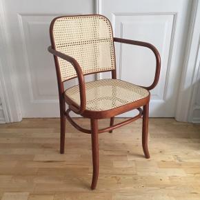 Utrolig smuk stol i mørkt træ (teak ?) med sæde i fransk flet. Formentlig Thonet model 811. Både god som spisebordsstol og skrivebordsstol. Jeg har arvet den fra min far, og den har boet i et sommerhus i mange år, men fremstår i rigtig flot stand.   Retrostol, retro stol, fletstol, stol i flet, teaktræ, vintage