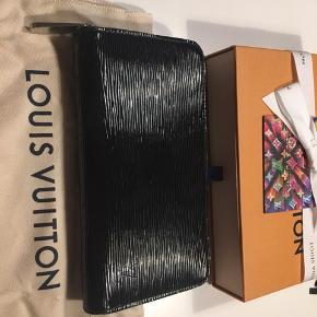 Smuk LV Zippy Wallet sælges🌸  Har minimale brugsspor, som alene ses på kanterne. Helt som ny indeni. ☀️  Nypris 4800 kr.  Flere billeder kan sendes👛