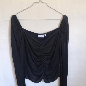 Weekday bluse med rynke 🖤 Aldrig brugt!
