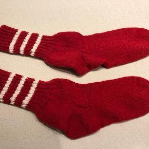 Strømper, Svigermors hjemmestrik, str. 10-12 år, Rød, 50% uld, 50% acryl, Ubrugt  Er du til hjemmestrikkede sokker, der er fremkommet ved klassisk godt håndarbejde? ...  ... så er her er par rød/hvide ... måske endda julestrømper .... til din dreng/pige/barnebarn ...  Farve: Rød/hvid Størrelse: 10-12 år Materiale: 50% uld, 50% acryl  Nystrikkede. Aldrig brugt.  Prisen er ikke til forhandling af respekt for svigermors arbejde (Det tager mindst 5 timer at strikke et par).  NB: Haves kun i angivne størrelse - og svigermor strikker desværre ikke på bestilling.