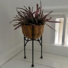 En superkær lille planteopsats/potteskjuler. Den måler 29 cm i højden og 16 cm i diameter (15 cm indvendig)Pris 50 kr