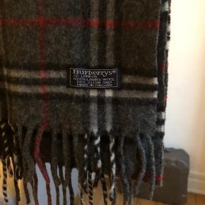 Burberrys 100% lambs wool scarf til salg. Vintage men ægte. Jeg har 100+ reference.  Str: 165 x 30 cm  Condition: god men brugt, ingen flaws.  Pris: 325 dkk