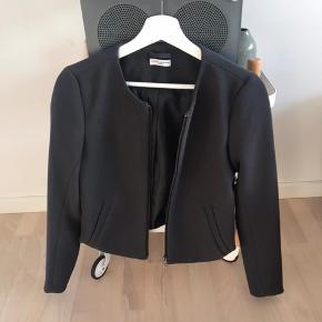 Sælger min mørkegrå Jacqueline de Yong jakke, da jeg aldrig får den brugt. Kun lige prøvet en enkel gang og er så god som ny. Det er en let jakke. Den er en størrelse x-small. Sælger den til 125kr, da den næsten er så god som ny.         Søgeord: Sommerjakke Let jakke Sommer jakke Tynd jakke Fint tøj Grå jakke