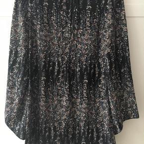 Varetype: Andet Farve: Sort Oprindelig købspris: 499 kr.  Fin kort kjole eller tunika med trompetærmer. Fint blomstret mønster og knaplukning i nakken. 79 cm lang.  #trendsalesfund