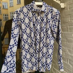 Lækker Dolce & Gabbana skjorte med vildt fedt mønster. Brugt få gange og derfor næsten helt som ny. Str M  Tag den til ingen penge  Skriv hvis du har nogen spørgsmål eller bud. Husk at checke mine andre annoncer for andre fede ting, rabat forekommer ved køb af flere ting:)