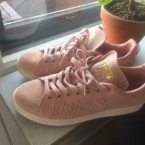 Super fine lyserøde Adidas sneakers. Brug få gange, da de ikke passer til min fod. De er af ruskind og derfor bærer de lidt præg af lidt slid, trods de er gået med få få gange. Str 38