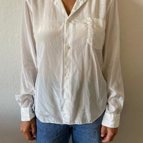 Smuk skjorte fra CDG CDG i polyester. Glat i stoffet og med fint mønster i. Næsten ubrugt, som ny.