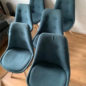 Super fine spisebordsstole i petroleumsblå. Stoffet på det ene sæde skal have en klat lim.  Kan først afhentes d 14/8 2019