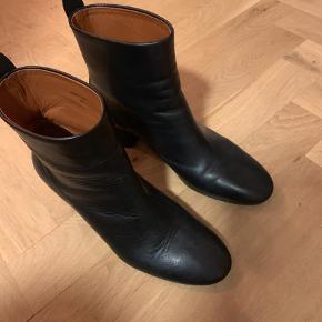 Varetype: Støvler Størrelse: 37.5 Farve: Sort Oprindelig købspris: 4000 kr.  Brugt én gang. Helt nye såler