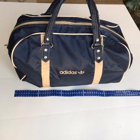 Vintage Adidas skuldertaske Mørkeblå 42 cm lang, 25 cm høj, 23 cm bred
