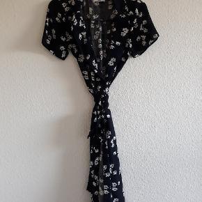 Smuk wrap/ slå om kjole fra Rude 🌸 Købt brugt, men den passer desværre ikke. Str. 10, burde svare til en 38, men er solgt til mig som str small - kan sagtens passes af begge da den bindes i livet 👗