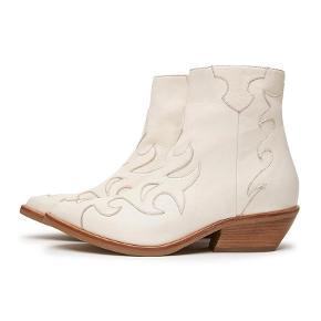Offwhite skindstøvle i normal str. 36. Nypris kr. 1.600,- Har kun været brugt en gang så den fremstår som ny. Jeg bytter ikke med andre varer.