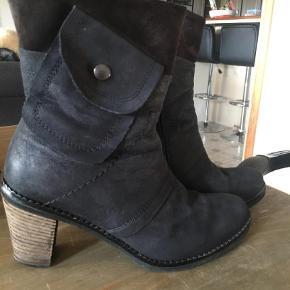 Varetype: Støvletter Farve: Mørkeblå Oprindelig købspris: 1200 kr.  Ilse Jacobsen fint læderstøvler.