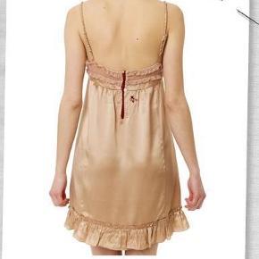 100% lækker fed silke. Aldrig brugt, stadig med tags. Bytter ikke! Str. 3 som svarer til en str. Large  Silke kjole, Chrysalis minigown 258, 100% lækker fed silke Farve: Powder Oprindelig købspris: 1199 kr.