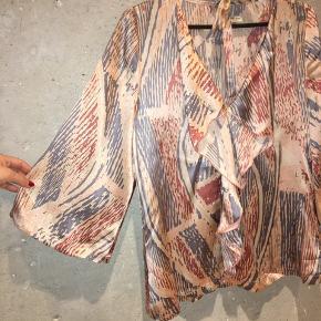 Skøn printet silkebluse fra Margit Brandt i ren silke. Smuk model med vidde 3/4 ærmer.  Str. M/38 men jeg synes den er lidt lille i det så jeg vil mene at den svarer mere til en S/36.  Har tilhørende bindebånd til talje eller hals for et sofistikeret look.   Har aldrig været brugt da den er lige lille nok til mig (jeg bruger en normal M).   Jeg giver gerne mængderabat! 😊✨