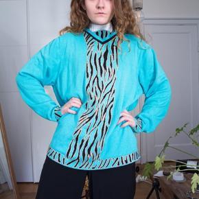 Vintage trøje i de mest friske farver! Super smuk 🦚  Ses på en xs/s, men har et oversize fit!