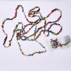 Lang halskæde fra start 90'erne, med keramikperler.  Minder lidt om designer Bibi Maj's halskæder, som sælges i Hollygolightly (tryk på billede 2. - lånt)   Ca. 235 cm. med ekstra perler.  - kan f.eks. laves til 3-5 kortere kæder.  Prisen er fast.  - plus porto, hvis sendes.   Bytter ikke.       Annoncen slettes når solgt, så ingen grund til at spørge om dette 😊  Useriøse henvendelser frabedes.   #nørrebro #københavn #Hollygolightly #bibimaj