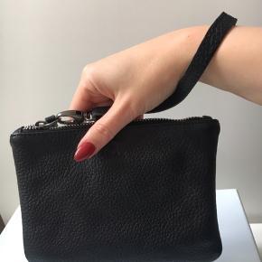 Aldrig brugt lækker pung/makeuppung/clutch fra Adax i ægte læder.