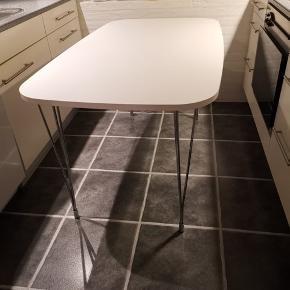 Spisebord hvid malet træplade. Pæn elegant stand med 3 delt metal krom ben. Vist nok laminat. Fik som indflyttergave nov. 2016 fra Ilva.  LxB: 140x80 cm.  Nypris 1995 kr. Sælges billigt 499 kr.