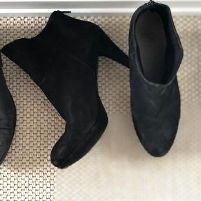 🖤 Lækre sorte støvler med hæl fra MENTOR. Flot stand. PRIS: 200 kr.  🤍🖤: Gråsorte støvletter fra Billi Bi. Brugt, men har endnu en sæson i sig. Fik ny hæl sidste år. PRIS: 100 kr. 🤎 Pumps fra Bianco. God stand. 50 kr.   Jeg sælger ud af mine sko grundet fodskade.🚑 Se også mine andre annoncer 💸😎