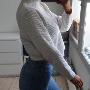 Hvid crop sweater fra Haoduoyi. Den er super fin.    Tjek mine andre annoncer ud! Sælger kjole/ sommerkjole, bla stramme kjoler, designmærker, ægte smykker, bla fra Camille Brinch, ur, blå fede jeans, top og nederdel mv.... Giver mængderabat🌸🌸