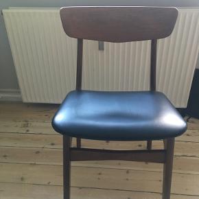Spisebordsstol, kontorstol eller pyntestol i dansk design, teaktræ, Schønning & Elgaard. Modellen her er med løftet sæde fra stellet og femkantet sæde og rygstykke. Virkelig flot stand med polstret nappalæder sæde.