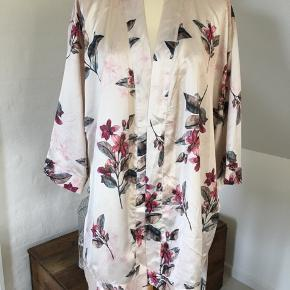 Fin kimono med bindebælte, 100 % Polyester.