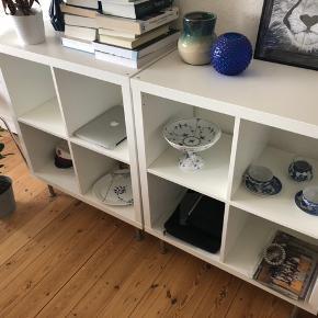 Rumdeler fra IKEA anvendt som reoler. To stks af fire rum. Står på sølv ben og fejler intet. Sælges grundet flytning, sælger afhenter selv. Prisen er i alt for begge reoler.