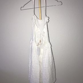 Broderie Anglaise kjole fra H&M.  - Str. 36 (lidt lille i størrelsen)  - Nypris omtrent 300 kr. - Flot ryg.  - Lynlås i siden.