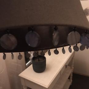 Så smuk Tine k home loft lampeskærm med skaller. Farven er grå / midnatsblå