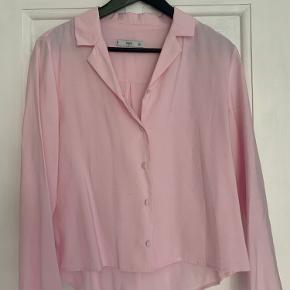 Lyserød skjorte, lidt lille i str.