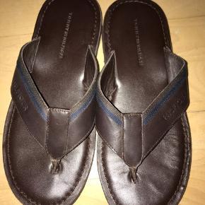 Tommy hilfiger sandaler til mænd. Str 40, farve mørkebrun.   Næsten som helt ny- købt sidste sommer. gået med 1 gang.   170 kr kun i dag! Inklusiv fragt
