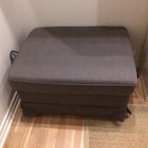 """""""Ektorp Taburet"""" - IKEA puf med opbevaringsrum til eksempelvis sengetøj, duge, brætspil etc.  Har aftageligt og vaskbart betræk.  l: 82 cm b: 62 cm h: 44 cm"""