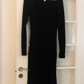 Tætsiddende kjole i rib med slidse for neden. Også super fin til gravide maver :)