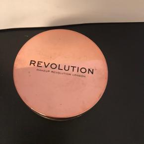 Putty Primer af Revolution. Brugt et par gang men passer ikke til mig.