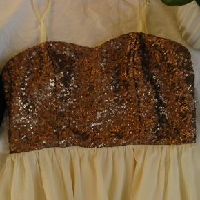 Smuk kjole med aftagelige stropper. Nypris 700,-.  Brugt én gang.  Brystmål ca. 2x37  Jeg tager desværre ikke billeder med tøjet på.