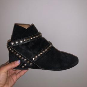 Isabel Marant støvler med guld og sølvnitter. De er i sort ruskind, og stadig flotte selvom der er nogle tegn på slid.  Sålerne under skoen er blevet skiftet fordi de blev slidt ned, så der er ingen tegn på slid på de nye.