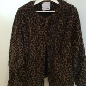 Super lækker leopard pels i faux Fur str 36. Fremstår helt ny. BYD.