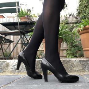 Se venligst billeder og beskrivelse inden du spørger.   Håndlavede italienske sko i kalveskind. Fra Scarpa Sko på Amagertorv i Kbh   Brugt få gange Str. 38   ****OBS OBS OBS**** Størrelsen er stor og er nærmere en str: 38,5-39 Jeg bruger til sammenligning 40,5 i Nike Free Run og mine fødder er 25,5 cm lange Lægge er 34 cm det bredeste sted Ankler 22cm det smalleste sted Mine fødder er til den smalle side.   Jeg bytter og mødes ikke.  Handler kun via TS