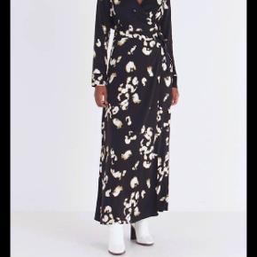 Flot slå om kjole fra mbym