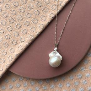 Klassisk halskæde med flot barok / Ferskvandsperle og sten på toppen. Kæden er 50 cm lang med justerbar kæde, alle materialer er sterling sølv.