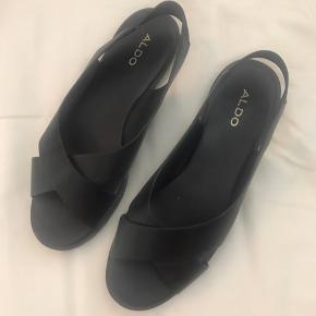 Jeg sælger disse sko da jeg har fundet ud af at jeg ikke kan lide at gå med slingback. De er kun prøvet derhjemme. Byd😊