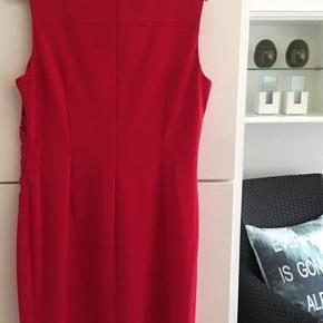 Varetype: Kjole Størrelse: 14 Farve: Rød Oprindelig købspris: 1700 kr.  Flot rød Calvin Klein Kjole. Der står str. 14 i den.   Jeg plejer at passe en str. 40 og den passer mig Brystmål er ca. 2 x 50cm.   L bagpå: ca. 96 cm. L foran: ca. 100 cm. (målt fra skulderen)  Der er skjult lynlås bagpå. Stoffet er let elastisk og former sig efter kroppens kurver.  SE OGSÅ den røde Calvin Klein jakke i Billedgalleriet, som jeg også sælger her på Trendsales. Den matcher i farven.  Se også mine andre kjole annoncer her på Trendsales fra bl.a. Desigual, Container, OPM, Créton og InTown. :-)