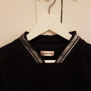 Varetype: Sweatshirt Farve: Mørkeblå Oprindelig købspris: 899 kr.  Er kun brugt et par gang😊
