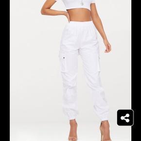 Pretty little thing bukser  Bukserne er en UK 8 sol svarer til en 36   ( sælger da det er er fejlkøb, der er stadig tags i)   Det er White cotton material, og der er elastik oppe i toppen ved ens talje og så er der 1 lomme i siden